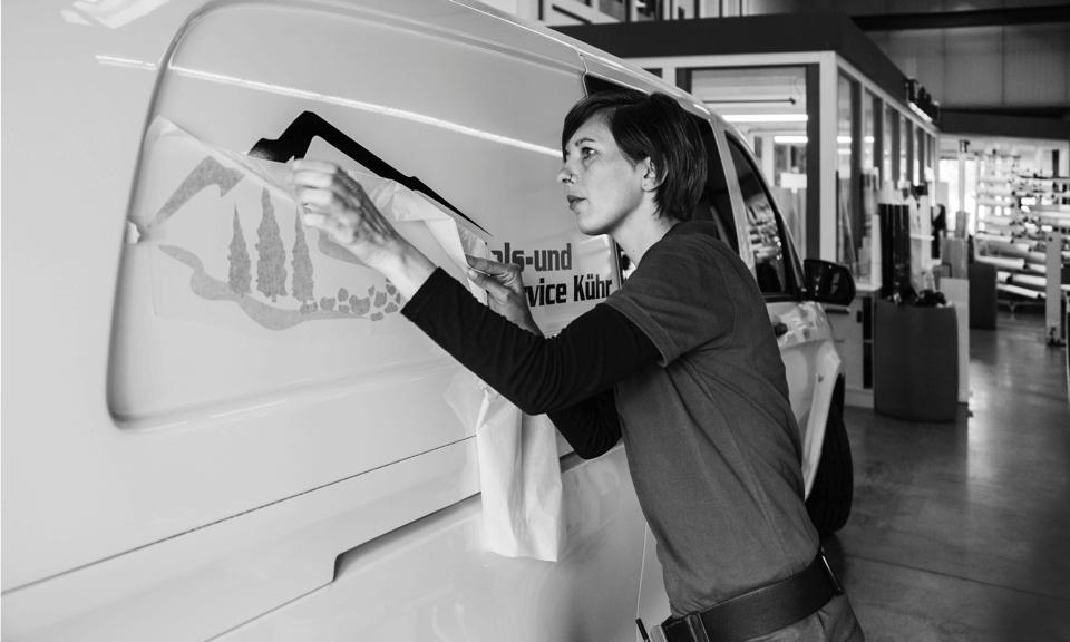 Firmenschriftzug auf Ihrem Fahrzeug - DIAS Werbung bringt filigrane Schriften an Ihrem Fahrzeug an – professionell und haltbar.