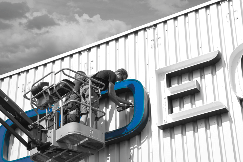 Aussenwerbeanlagen sind ein probates Mittel, damit Ihr Unternehmen auch aus der Ferne wahr genommen wird - DIAS Werbung fertigt diese komplett in der eigenen Werkstatt.