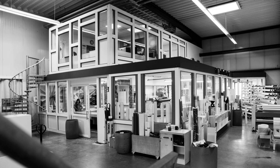 Wir fertigen in unserer Werkstatt - Displays - LED und Profilbuchstaben - Rahmensysteme - Standpylone - Alles aus einer Hand - DIAS Werbung