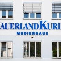 Individuelle Buchstabenanlage für den Sauerland Kurier | Sprechen Sie uns an für Ihr spezifisches Angebot - Unsere Experten beraten Sie gerne | DIAS Werbung